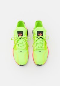 adidas Originals - NMD_R1.V2 BOOST UNISEX - Sneakers basse - signal green/signal pink - 3
