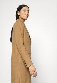 Who What Wear - DOUBLE BREASTED COAT - Zimní kabát - camel - 3