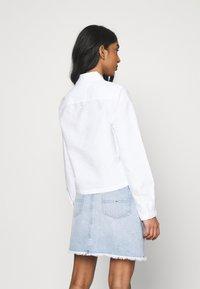 Tommy Jeans - REGULAR BADGE SHIRT - Chemisier - white - 2