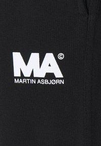Martin Asbjørn - TRACKPANTS - Pantalon de survêtement - black - 2