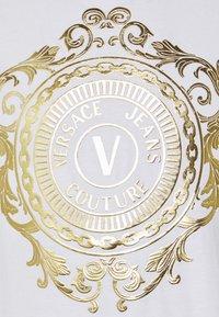 Versace Jeans Couture - Triko spotiskem - white/gold - 6