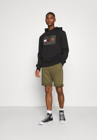 Pier One - Tracksuit bottoms - olive - 1
