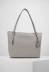 MICHAEL Michael Kors - VOYAGER TOTE - Handbag - pearl grey - 0