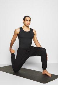 Curare Yogawear - MEN - Top - black - 1