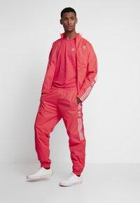 adidas Originals - LOCK UP - Trainingsbroek - flash red - 1