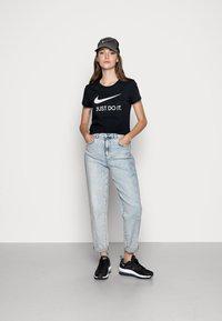 Nike Sportswear - W NSW TEE JDI SLIM - T-shirts med print - black/white - 1