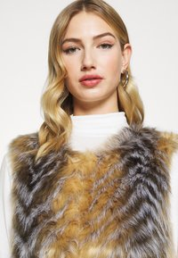 Missguided - CHEVRON TIPPED FUR GILET - Waistcoat - beige - 3