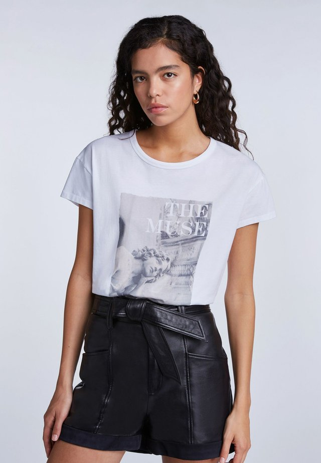 LÄSSIGES - T-shirt imprimé - bright white