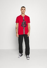 Glorious Gangsta - DEVANEY  - T-shirt z nadrukiem - red - 1