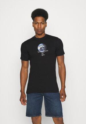 GLOBE TEE UNISEX - Print T-shirt - black