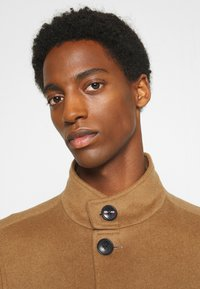 Tommy Hilfiger Tailored - SOLID STAND UP COLLAR COAT - Classic coat - brown - 4