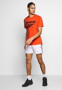 Reebok - SPEEDWICK SPORT SHORT SLEEVE GRAPHIC TEE - Triko spotiskem - orange - 1