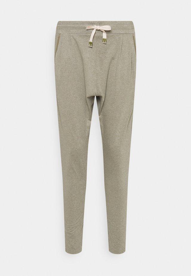 JUNGLE - Teplákové kalhoty - covert green