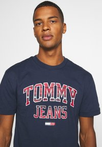 Tommy Jeans - PLAID COLLEGIATE  - T-shirts print - twilight navy - 4