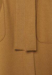 Marc O'Polo PURE - COAT ELONGATED OVERLAPP V-NECK  BELT BIG PATCH  - Classic coat - gold amber - 2