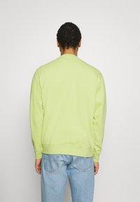 Nike Sportswear - CREW - Sweatshirt - limelight/smoke grey - 2