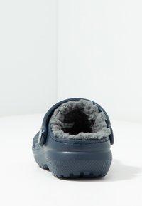 Crocs - CLASSIC LINED - Klapki - navy/charcoal - 4