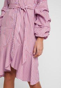 Apart - STRIPED DRESS - Robe chemise - lavender/red - 6
