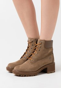 Timberland - KINSLEY 6 IN BOOT - Schnürstiefelette - dark beige - 0