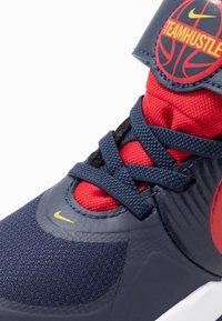 Nike Performance - TEAM HUSTLE 9 UNISEX  - Basketball shoes - midnight navy/university red/white - 2