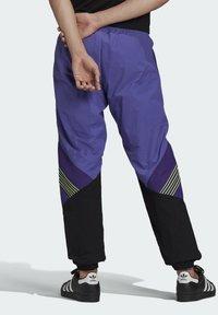 adidas Originals - SPRT ARCHIVE WOVEN TRACKSUIT BOTTOMS - Pantalon de survêtement - purple - 1