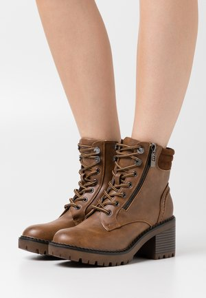Kotníkové boty na platformě - marron