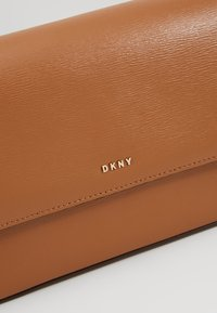 DKNY - BRYANT FLAP CBODY SUTTON - Across body bag - driftwood - 7