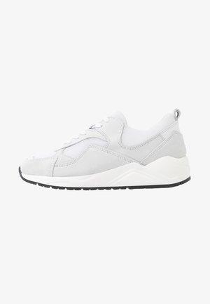 SNEAKERS MESH UND WILDLEDER - Sneakers basse - white