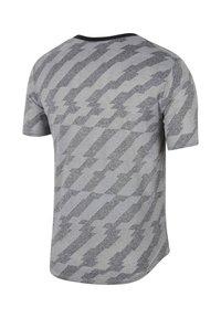 Nike Performance - Print T-shirt - schwarz/grau - 1