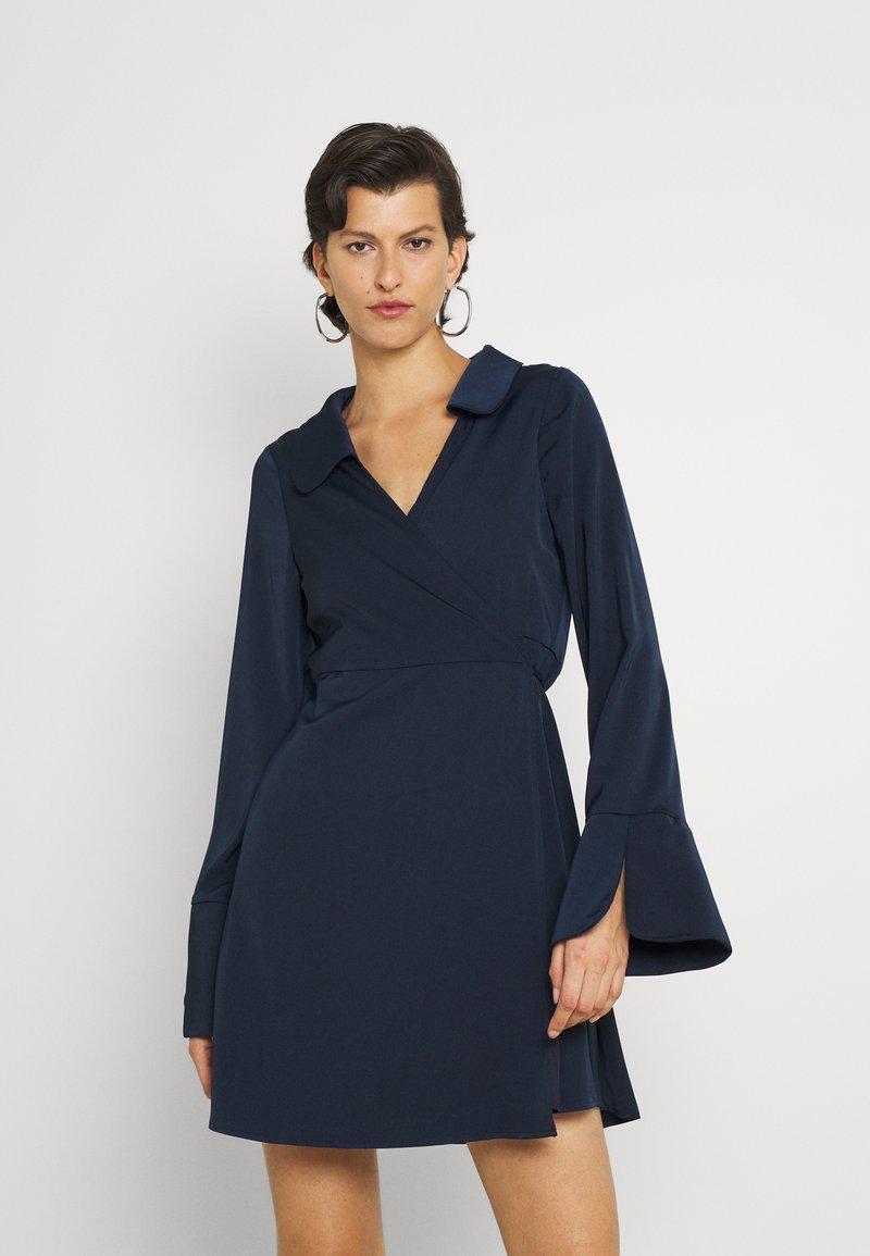 Fashion Union Tall - MELINDA DRESS WRAP FRONT DRESS WITH DEEP CUFF - Vardagsklänning - navy