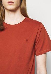 Les Deux - AUSTIN - Jednoduché triko - rust red - 3