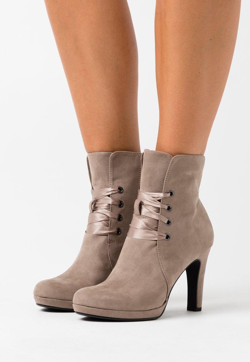 Tamaris - Kotníková obuv na vysokém podpatku - pepper