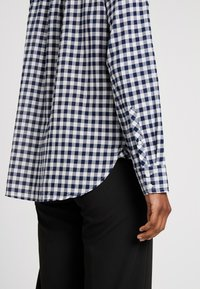 J.CREW TALL - CLASSIC FIT BOY IN CRINKLE GING - Button-down blouse - classic navy - 5