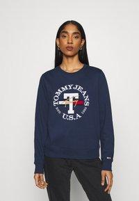 Tommy Jeans - REGULAR TWISTED LOGO CREW - Sweatshirt - twilight navy - 0