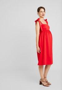 True Violet Maternity - PLUNGE BACK SKATER DRESS WITH BOW DETAIL - Sukienka z dżerseju - red - 0
