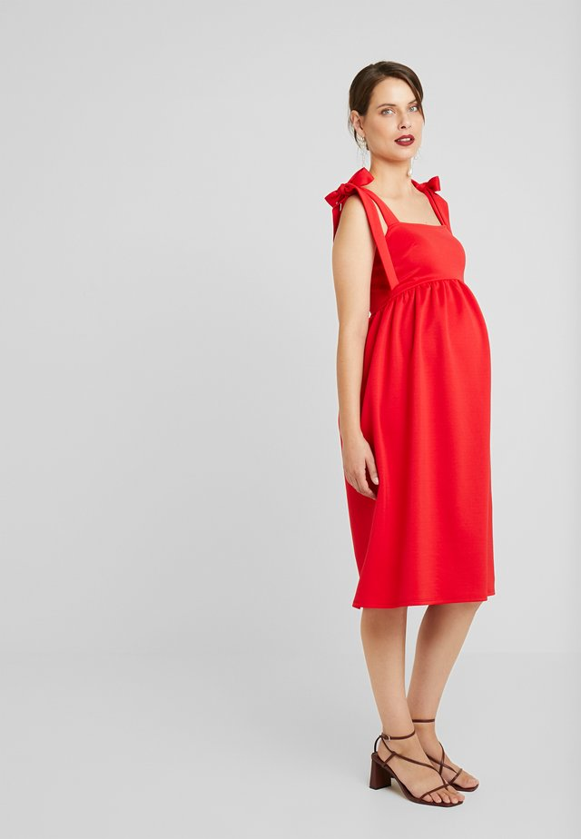 PLUNGE BACK SKATER DRESS WITH BOW DETAIL - Trikoomekko - red
