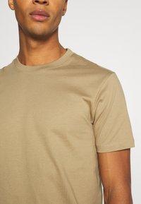 Minimum - AARHUS - Basic T-shirt - elmwood - 5
