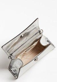 Guess - Handbag - silber - 3