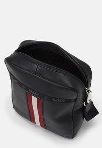 Bally - HOLM UNISEX - Taška spříčným popruhem - black/red - 3