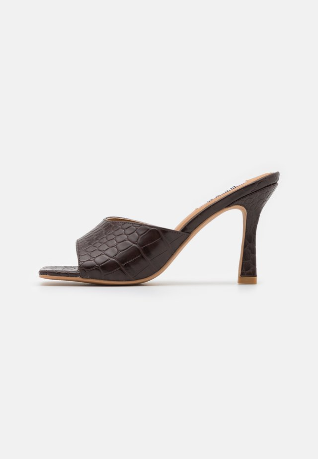 ROUNDED STRAP MULES - Heeled mules - brown glossy