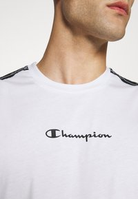 Champion - LEGACY TAPE CREWNECK - T-shirt med print - white