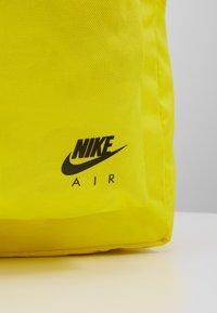 Nike Sportswear - AIR HERITAGE  - Sac à dos - opti yellow/black - 6