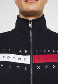 Tommy Hilfiger - GLOBAL ZIP THROUGH - Zip-up hoodie - desert sky - 5