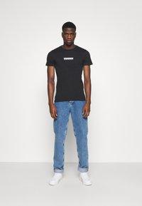 Calvin Klein Jeans - MIRROR LOGO SLIM FIT TEE - T-shirt z nadrukiem - black - 1