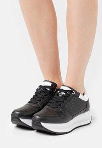 Calvin Klein Jeans - RUNNER FLATFORM LACEUP  - Trainers - black - 0