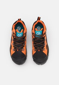 Scarpa - NEUTRON MID KID GTX UNISEX - Trekingové boty - black/orange - 3