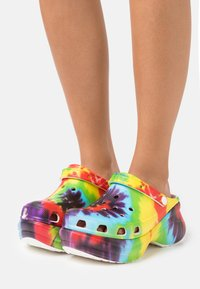 Crocs - Pantofle na podpatku - multicolor - 0