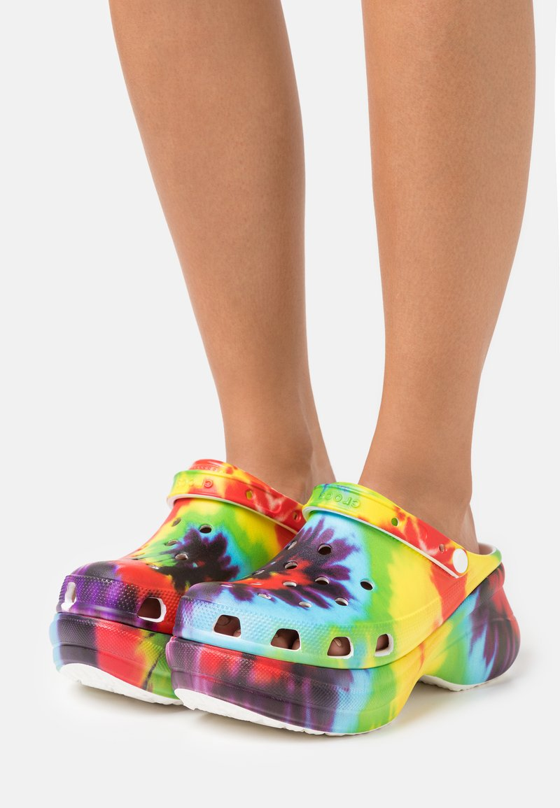 Crocs - Pantofle na podpatku - multicolor