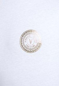 Versace Jeans Couture - T-shirt z nadrukiem - white - 5