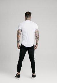 SIKSILK - IRIDESCENT TECH TEE - T-shirt con stampa - white - 2